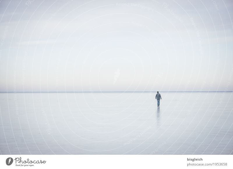 Eisspaziergang IV Mensch Himmel blau Einsamkeit ruhig Ferne Winter kalt grau See Horizont wandern Frost