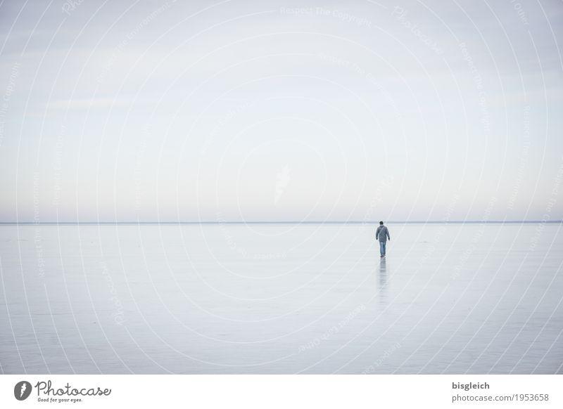 Eisspaziergang IV wandern 1 Mensch Himmel Horizont Winter Frost See kalt blau grau ruhig Einsamkeit Ferne Farbfoto Gedeckte Farben Außenaufnahme