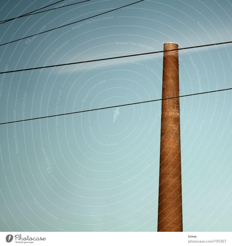 Fabrikrakete, ergänzt Lukas Schornstein Stein gemauert rund hoch Schacht Kanonen Röhren vertikal Farbfoto Gedeckte Farben Außenaufnahme Seil Draht Leitung