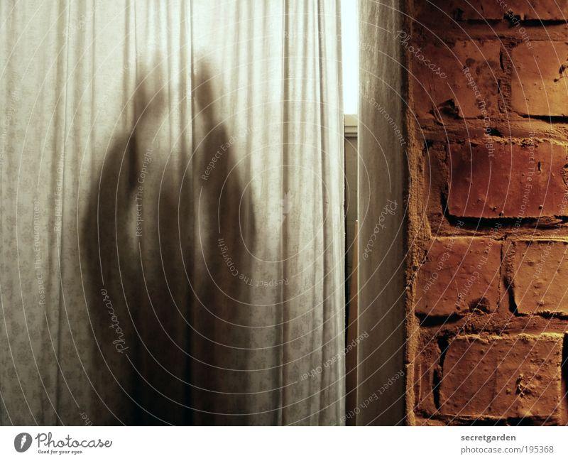 [LG 10.3] heute träumte ich von geistern. Mensch Mann weiß Erwachsene dunkel Wand Stein Mauer träumen braun Raum Tür Angst Fassade Häusliches Leben bedrohlich