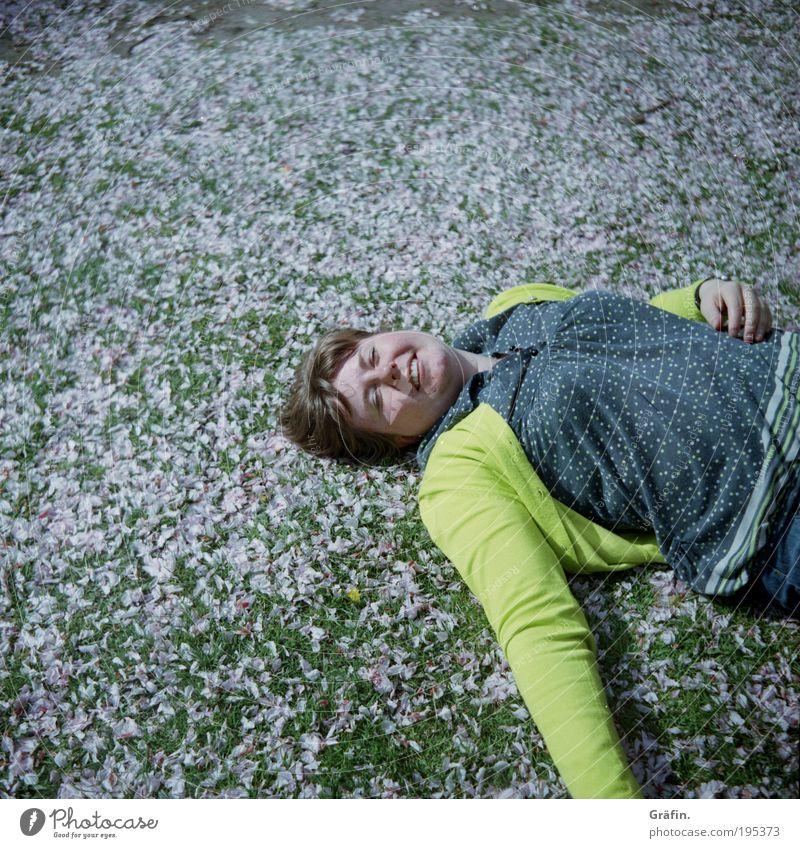 [HH04.09]: Blümchenfee Mensch grün Pflanze Sommer ruhig gelb Erholung Leben feminin Wiese Garten Gras Blüte Frühling träumen Zufriedenheit