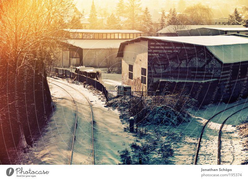 Trennung alt Winter Haus Gefühle Beleuchtung Verkehr Eisenbahn Industrie Brücke Güterverkehr & Logistik kaputt Gleise Bahnhof Verkehrswege anonym