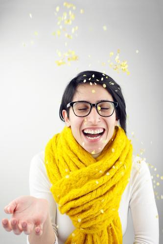 #A# Spaß in Gelb feminin 1 Mensch Lebensfreude Leichtigkeit Freude Freudenspender Konfetti lachen Schal gelb Party Partystimmung Partygast Partynacht