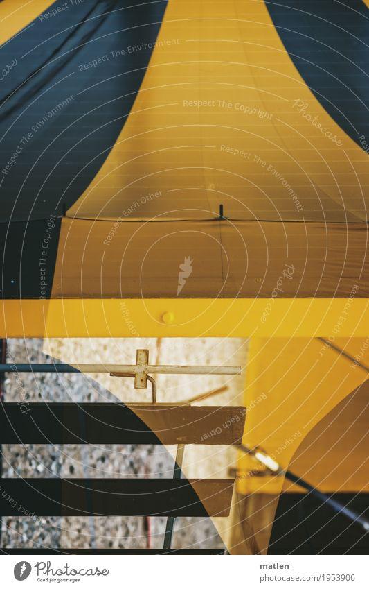 Zirkus Platz blau gelb grau Zelt Doppelbelichtung Pflasterweg Farbfoto Außenaufnahme abstrakt Muster Strukturen & Formen Menschenleer Textfreiraum links