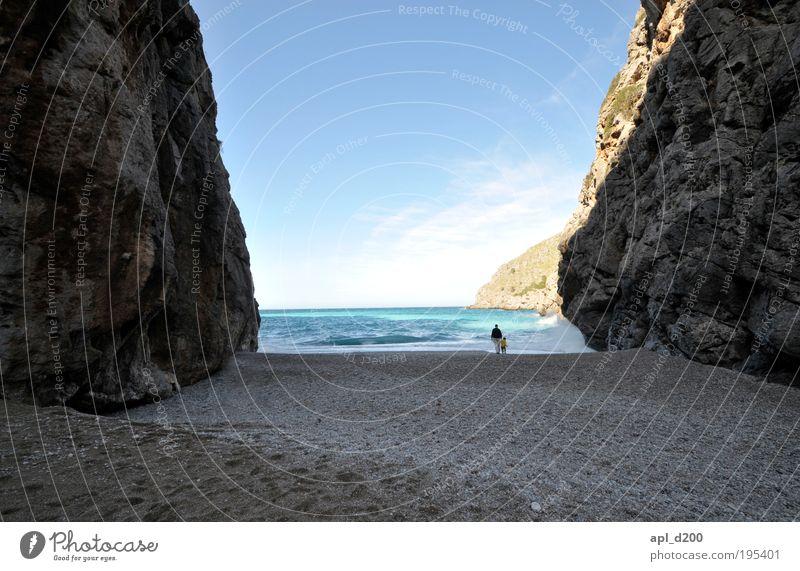 Tor zur Welt Mensch Kind Himmel Mann Natur blau Wasser Meer Strand Erwachsene Umwelt Küste Luft träumen braun Kindheit