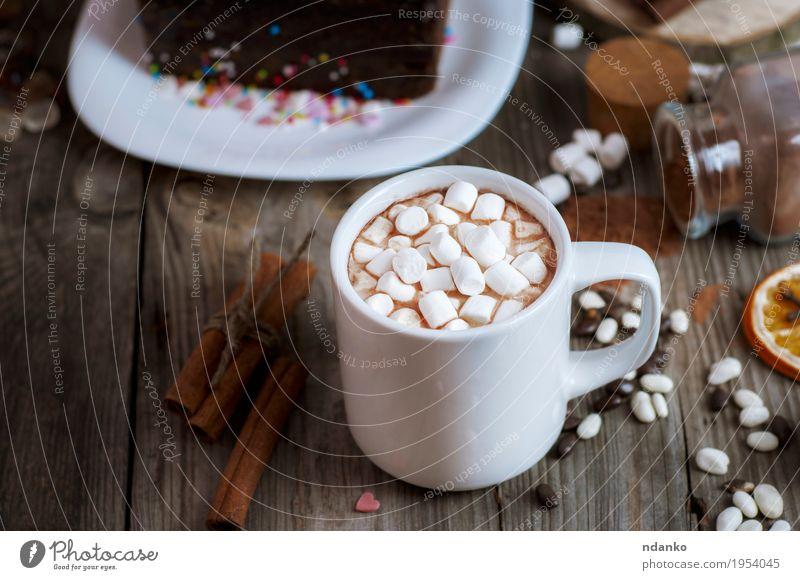 Tasse Schokoladengetränk mit Marshmallows Dessert Süßwaren Frühstück Getränk Heißgetränk Kakao Kaffee Teller Dekoration & Verzierung Tisch Holz lecker braun