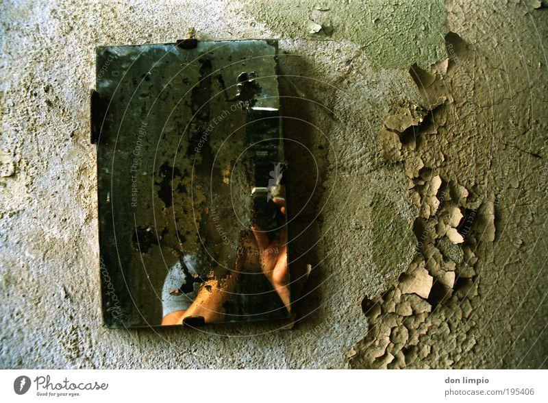 I'm in! Raum Bad Fotokamera Hand 1 Mensch Ruine Mauer Wand Spiegel alt kaputt grün Endzeitstimmung Zeit Zerstörung dreckig verfallen Tapete Farbe Fotografieren