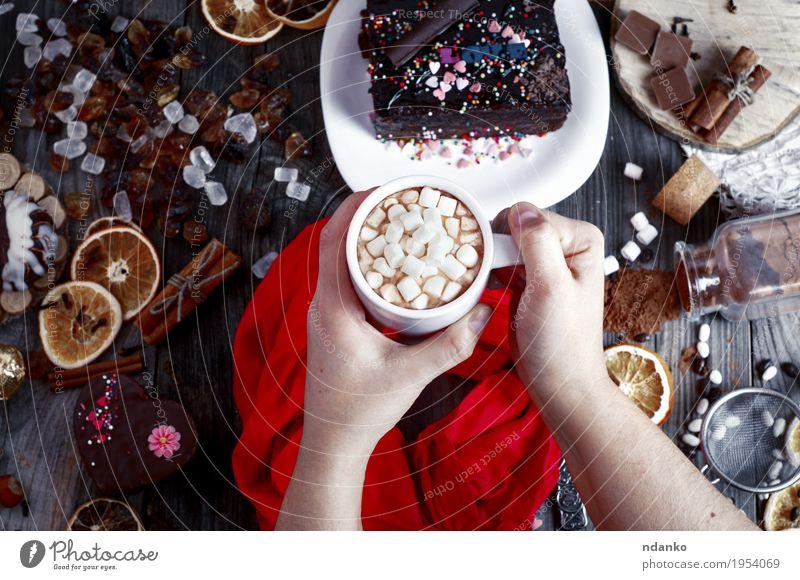 weibliche Hände halten eine Tasse mit einem Getränk Frucht Dessert Frühstück Kakao Kaffee Teller Besteck Dekoration & Verzierung Tisch Frau Erwachsene Arme Hand