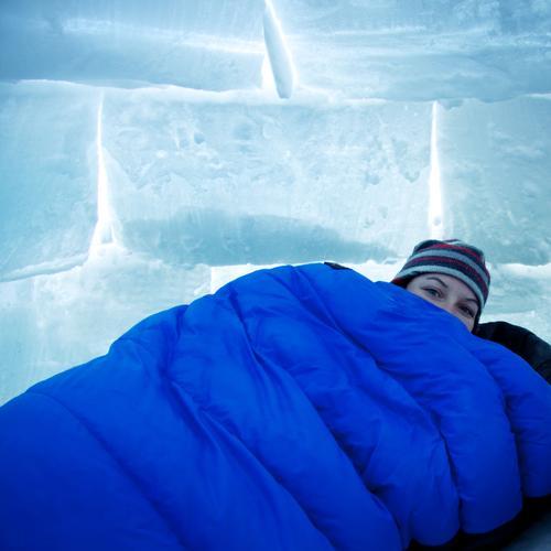 Schlafsack Mensch Frau Natur Jugendliche blau Ferien & Urlaub & Reisen weiß Haus Erwachsene Landschaft kalt Schnee Wärme Kopf Eis 18-30 Jahre