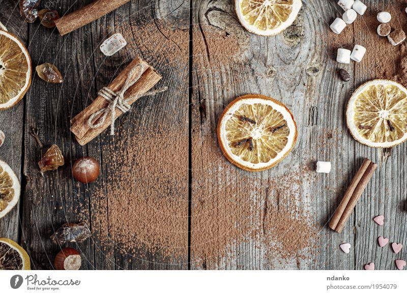 Abstrakter grauer hölzerner Hintergrund mit Gewürzen und Trockenfrüchten alt Holz Lebensmittel braun orange retro Tisch Kräuter & Gewürze Küche Tradition