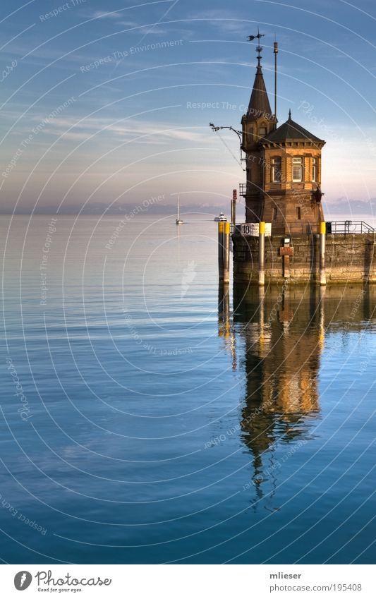 Leuchtturm von Konstanz Natur Wasser Himmel blau ruhig Wolken gelb Berge u. Gebirge See Landschaft braun nass Horizont Turm Hafen Unendlichkeit