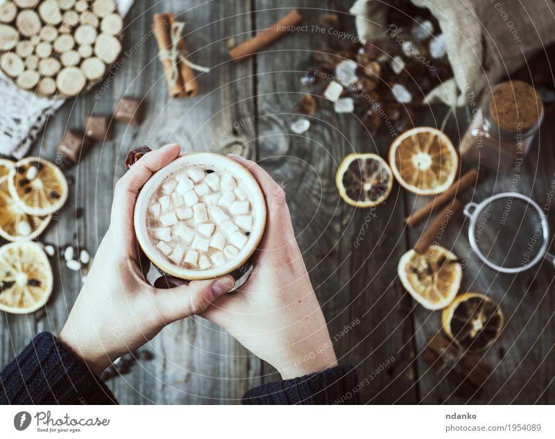 Frauenhände halten eine Tasse heißes Getränk Frucht Dessert Süßwaren Frühstück Kakao Kaffee Becher Dekoration & Verzierung Tisch Küche Erwachsene Arme Hand 1