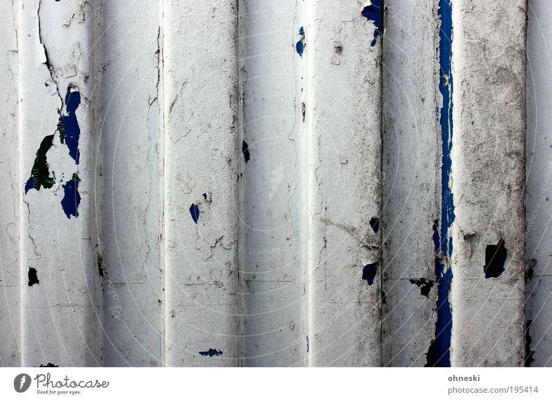 Der Lack ist ab alt Wand Architektur Gebäude Mauer Metall Zeit Wandel & Veränderung Streifen Bauwerk verfallen Hütte Verfall Riss Zerstörung Garage