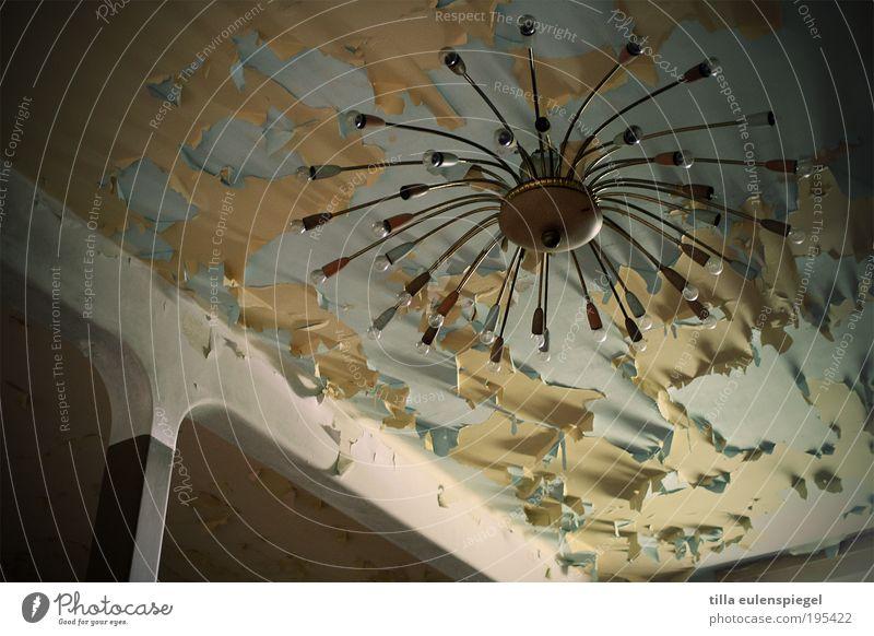 strahlemann alt Haus Lampe Gebäude retro Häusliches Leben Vergänglichkeit einzigartig Innenarchitektur verfallen entdecken leuchten Umzug (Wohnungswechsel)