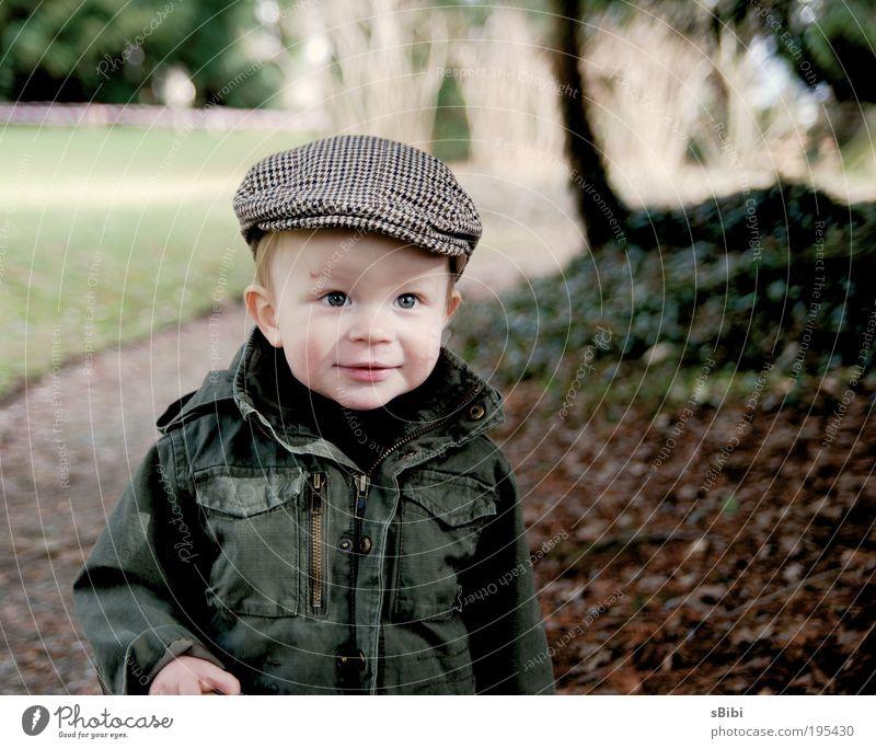 Endlich wieder draussen spielen Zufriedenheit Kinderspiel Mensch Kleinkind Junge Kindheit Gesicht 1 1-3 Jahre Natur Baum Blatt Park Hut Mütze blond Lächeln