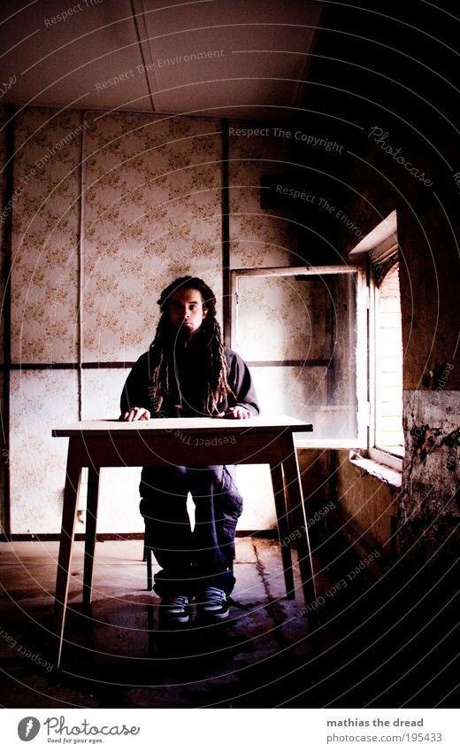 MONTAGS MORGEN, ARBEITS BEREIT Mensch alt Jugendliche Erwachsene kalt dunkel Fenster Wand Gebäude Mauer Arbeit & Erwerbstätigkeit rosa sitzen warten maskulin