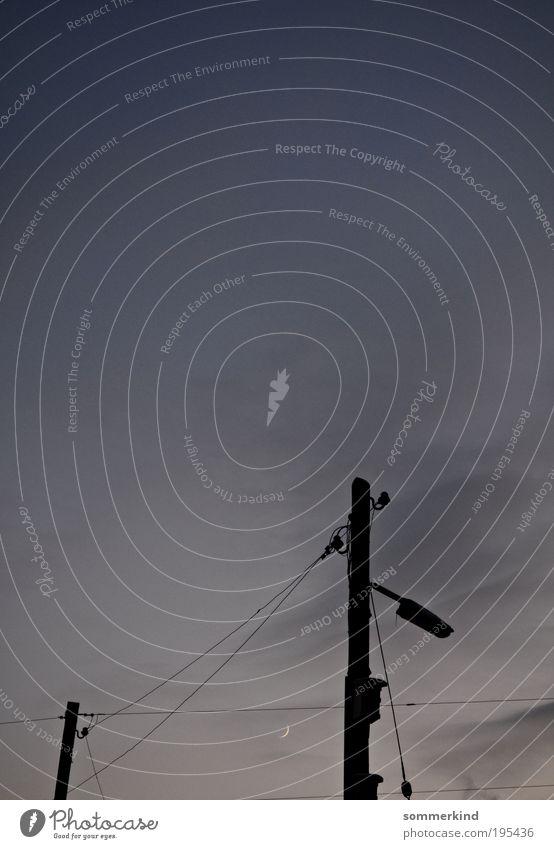 Mondscheinsonate Himmel Wolken schwarz dunkel grau Energiewirtschaft Kabel Straßenbeleuchtung Laterne Stahlkabel Strommast Mond Hochspannungsleitung Nachthimmel Holzpfahl Laternenpfahl