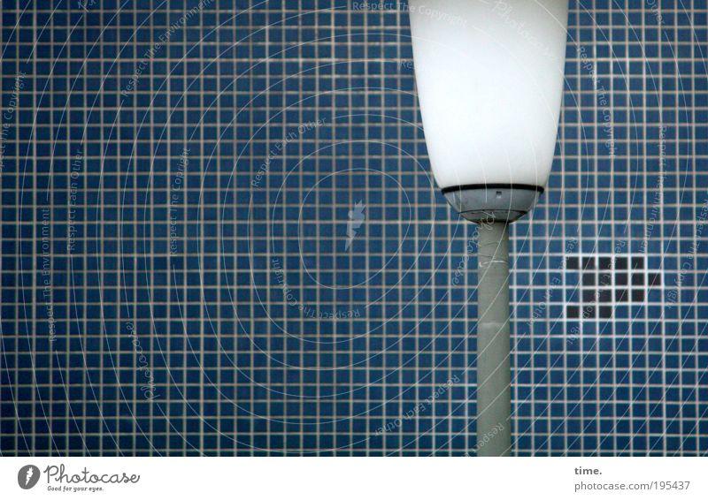 Ganz klar KEINE Rakete, befindet Lukas Lampe Stein gemauert Fliesen u. Kacheln Mosaik Röhren Eisenrohr vertikal Farbfoto Gedeckte Farben Außenaufnahme Metall