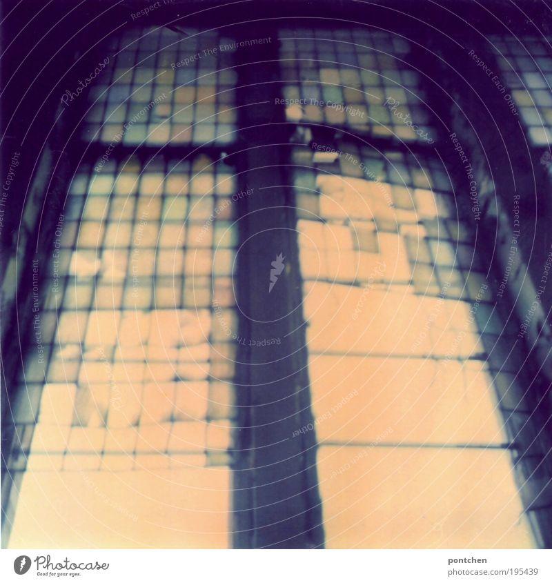 Gleißendes Licht fällt durch ein altes, kaputtes Fenster mit Mosaikglas. Industrieanlage Ruine Bauwerk Gebäude Architektur ästhetisch Glas Glasscheibe