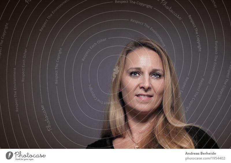 Portrait Mensch Frau schön Erwachsene feminin Glück Zufriedenheit blond Lächeln Fröhlichkeit Freundlichkeit Europäer 30-45 Jahre