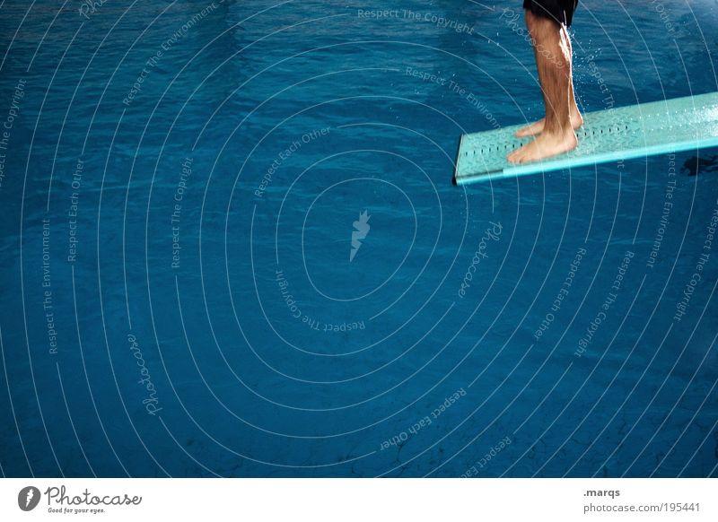Auf dem Weg nach oben blau Leben Sport Gefühle Bewegung springen Beine Freizeit & Hobby Schwimmen & Baden maskulin Erfolg Lifestyle Schwimmbad Lebenslauf Fitness Lebensfreude