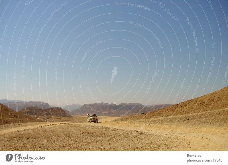 Jeep in der Wüste von Sinai (1) Geländewagen Zufriedenheit Stein Himmel Sand Ferne Freiheit