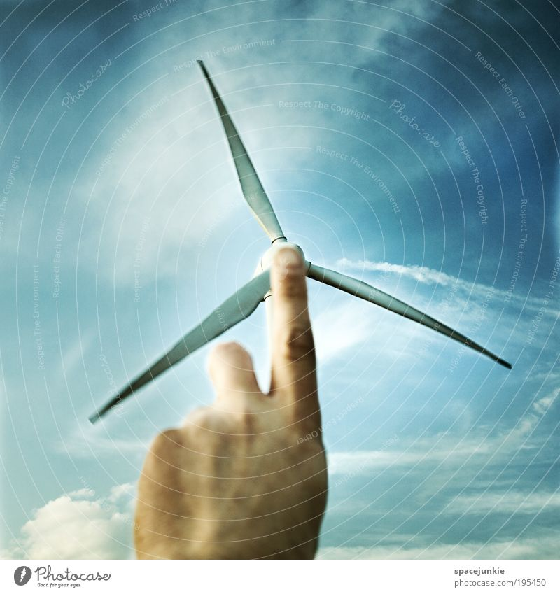 Windkraft Himmel blau Hand Erneuerbare Energie Wolken Umwelt Bewegung Wetter Haut Energiewirtschaft Klima maskulin Finger Elektrizität