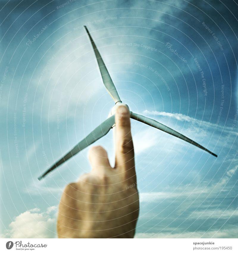 Windkraft maskulin Haut Hand Finger Umwelt Himmel Wolken Klima Wetter berühren Bewegung blau Windkraftanlage Energie Energiekrise Energiespender