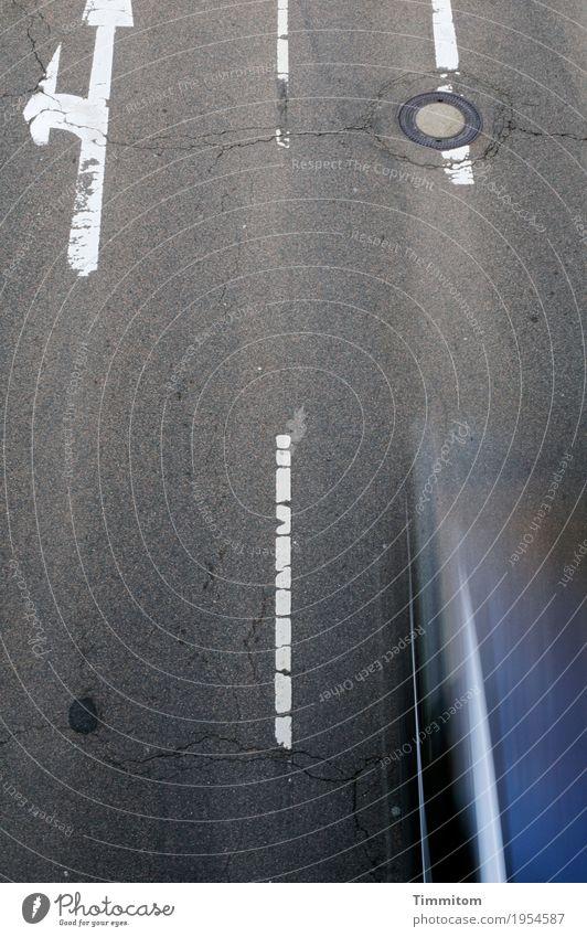 Sucht | Geschwindigkeit (1/3) Verkehr Straßenverkehr Autofahren Fahrzeug PKW Zeichen Schilder & Markierungen blau grau weiß Bewegungsunschärfe Speed Farbfoto