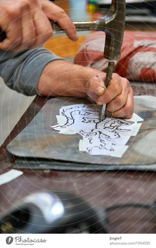 Drachen Beruf Handwerker Dachdecker Arbeitsplatz Baustelle Mittelstand Werkzeug maskulin Haut Arme 1 Mensch 18-30 Jahre Jugendliche Erwachsene Kunstwerk blau