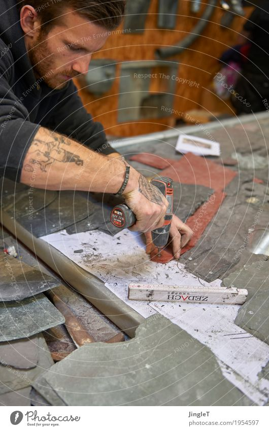 Leidenschaft Beruf Handwerker Dachdecker Arbeitsplatz Baustelle Mittelstand Werkzeug Mensch maskulin Junger Mann Jugendliche Haut Kopf Gesicht Arme 1