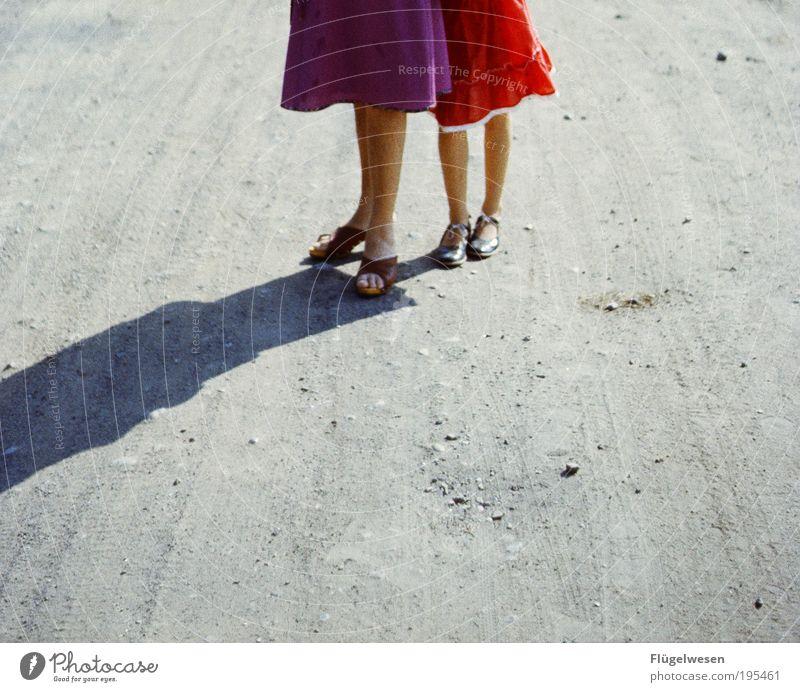 Zeigt her eure Röcke... Jugendliche Ferien & Urlaub & Reisen schön Erholung Straße Spielen Gefühle Junge Frau Wege & Pfade Sand Beine Freundschaft
