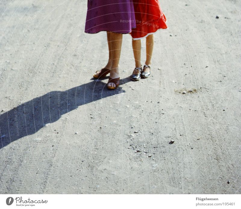 Zeigt her eure Röcke... Jugendliche Ferien & Urlaub & Reisen schön Erholung Straße Spielen Gefühle Junge Frau Wege & Pfade Sand Beine Freundschaft Freizeit & Hobby Beton Lifestyle Coolness