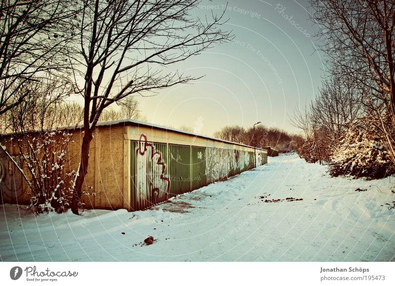 Garagenlandschaft Mauer Wand alt fantastisch blau braun gold grün weiß Gefühle Winter Baum Schneelandschaft Abstellplatz Graffiti Tor Reihe Reihenhaus
