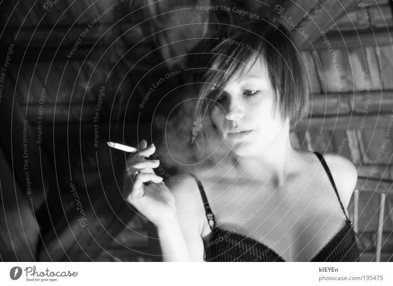 thank you for smoking feminin Junge Frau Jugendliche Haut Kopf Haare & Frisuren Gesicht Brust Hand 1 Mensch 18-30 Jahre Erwachsene Denken Rauchen elegant schön