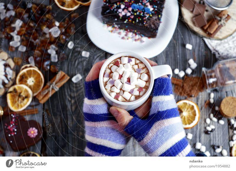 Tasse heißen Kakao in weiblichen Händen Mensch Jugendliche blau Junge Frau Hand Winter 18-30 Jahre Erwachsene Holz grau braun oben Frucht Körper Arme Tisch