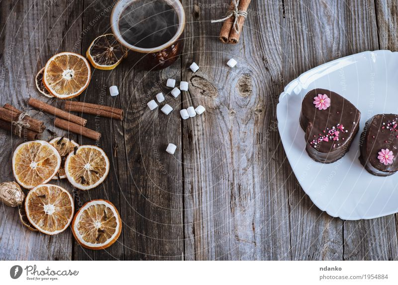 Tasse heißen schwarzen Kaffee und Kuchen auf einer weißen Platte Frucht Orange Dessert Süßwaren Schokolade Frühstück Getränk Kakao Teller Becher Besteck