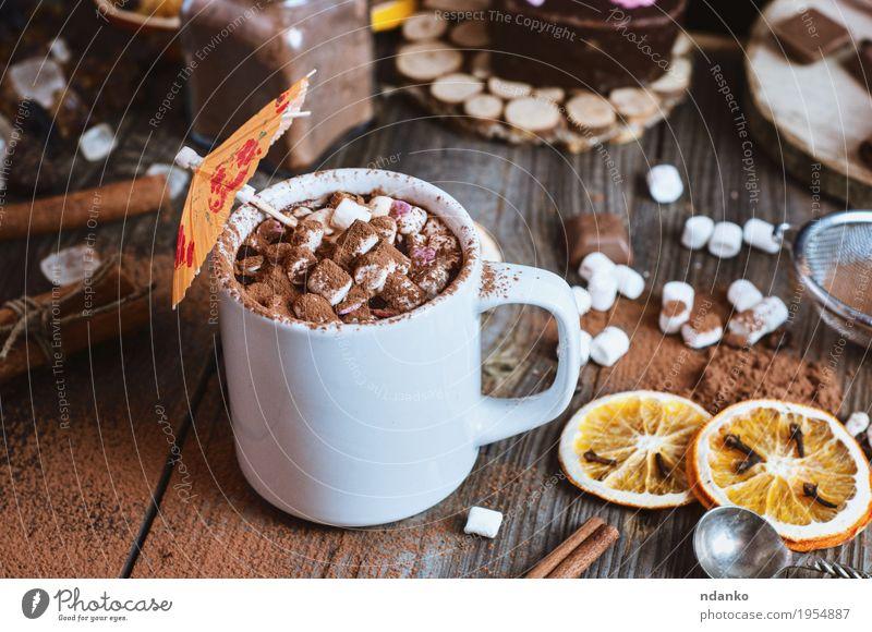 Tasse heiße Schokolade mit Marshmallows bestreut Frucht Dessert Frühstück Getränk Heißgetränk Kakao Kaffee Winter Tisch Sieb Holz genießen natürlich oben braun