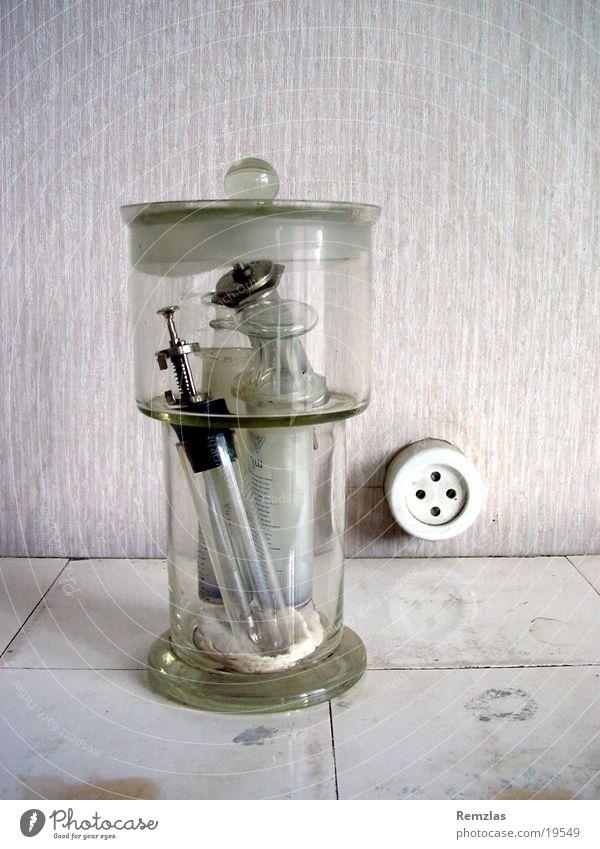 Glas mit Spritzen alt Gesundheit Glas Arzt Fliesen u. Kacheln obskur Musikinstrument Spritze Steckdose Praxis