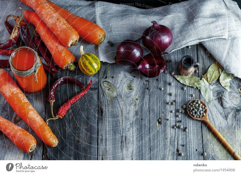Reife frische orange Karotten mit frischem Saft Essen natürlich Holz oben hell Glas Tisch Kräuter & Gewürze Küche trinken lecker Gemüse Restaurant heimwärts