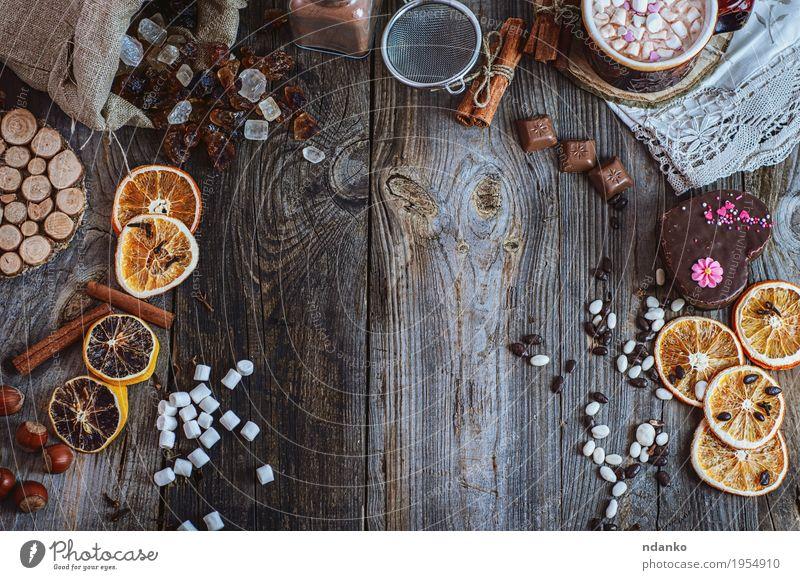 Küchentisch mit Bonbons und Nachtisch, Draufsicht Orange Kuchen Dessert Süßwaren Schokolade Kräuter & Gewürze Essen Getränk Kakao Tasse Sieb Holz alt machen