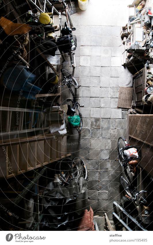 Mit 700 Sachen unterwegs Fahrrad retro Kasten Leiter Nostalgie Garage Scheune Helm Vogelperspektive