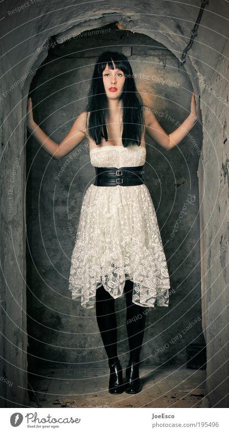 #195496 Lifestyle Stil Lippenstift Nachtleben ausgehen clubbing Mensch Frau Erwachsene Leben Ruine Bauwerk Mauer Wand Treppe Mode Rock Lack Stiefel Damenschuhe