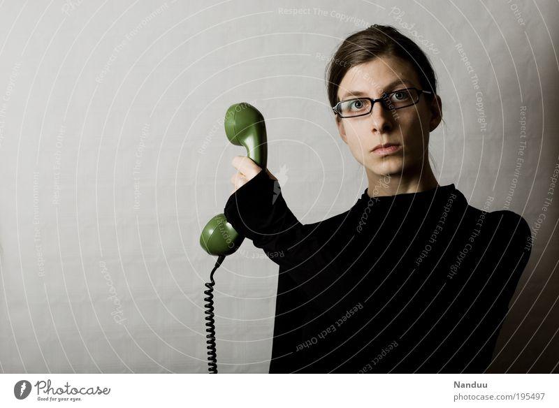 Moment, ich verbinde. Mensch feminin Junge Frau Jugendliche 1 nerdig Spießer Brillenträger Büroangestellte Telefon Telekommunikation Telefonhörer sprechen