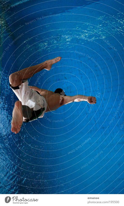 hang tight Schwimmen & Baden Wassersport Schwimmbad Mensch maskulin Fuß 1 18-30 Jahre Jugendliche Erwachsene Bewegung drehen fliegen hängen springen sportlich