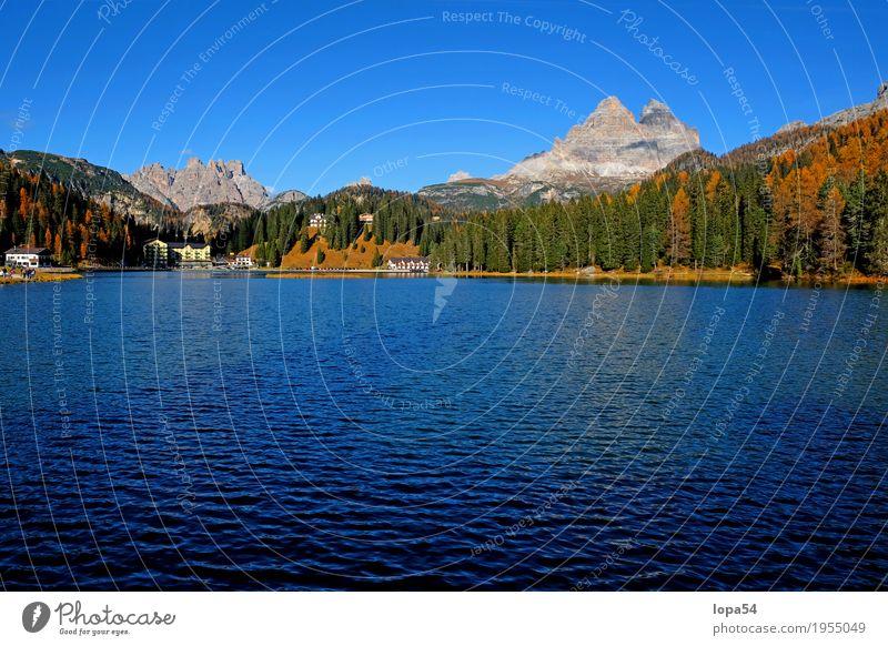 Misurinasee in den Dolomiten mit Drei Zinnen, Südtirol, Italien Umwelt Natur Landschaft Wasser Himmel Wolkenloser Himmel Sonnenlicht Herbst Schönes Wetter Wald