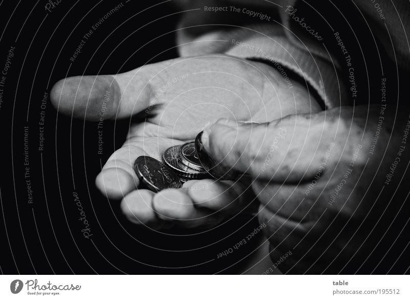 Altersarmut Arbeitslosigkeit Ruhestand maskulin Männlicher Senior Mann Leben Hand 1 Mensch 60 und älter Geldmünzen bezahlen alt Armut bedrohlich dunkel Gefühle