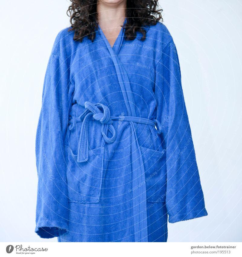 die falsche Nummer blau feminin Mode groß Schwimmbad Bad Wellness Mantel langhaarig Mensch