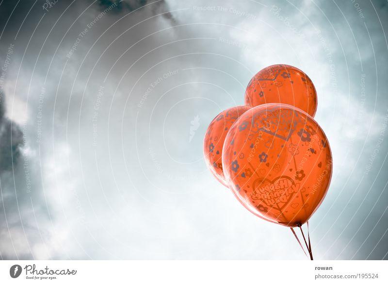 luftballons Luftballon rot Herz Valentinstag Wolken Schweben 3 Dekoration & Verzierung Feste & Feiern Helium Farbfoto Außenaufnahme Menschenleer
