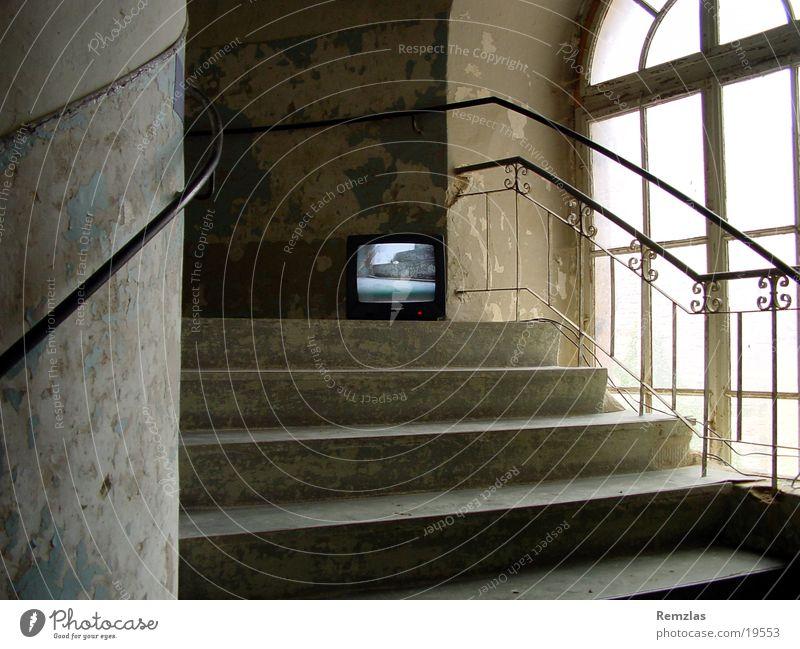 Inklusion 001 Kunst Fernseher Weimar Ettersburg Architektur Video-Kunst Burg oder Schloss Treppe alt openeyes.de